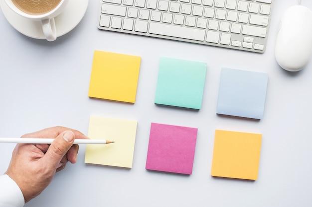 Концепции идеи творчества с мужской рукой с использованием блокнота в белом