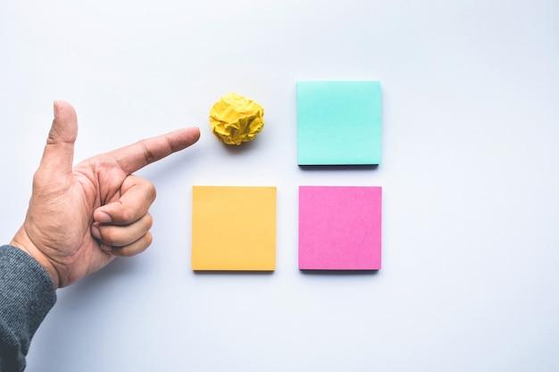 메모지 구겨진 공 및 남성 손으로 창의력 아이디어 개념. 비즈니스 브레인스토밍