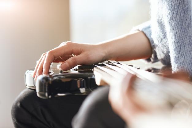 焦点の創造性。エレクトリックギターで音楽を演奏する男性の手のクローズアップ。創造性。音楽レッスン