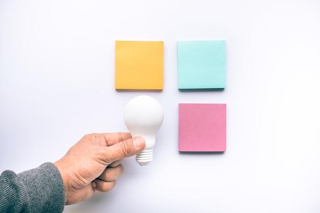 Концепции вдохновения для творчества с лампочкой и записной книжкой в красочных