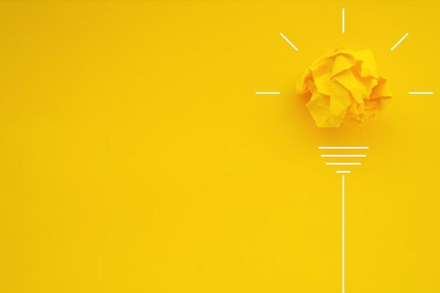 색상 배경에 종이 구겨진 공에서 전구와 창의력 영감 아이디어 개념