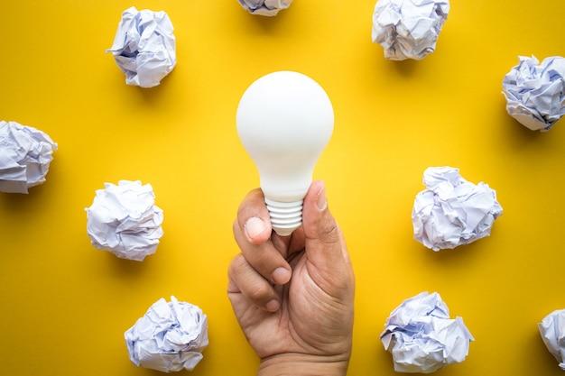 전구와 종이 구겨진 창의력 영감 아이디어 개념