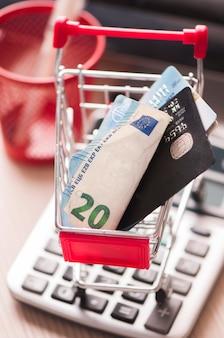 Кредитная карта и деньги в корзине