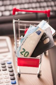 クレジットカードとショッピングカート内のお金