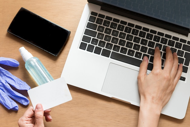 Кредитная карта и использование. концепция интернет-магазинов