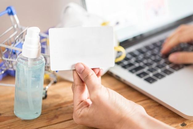 Кредитная карта и использование. концепция покупок в интернете