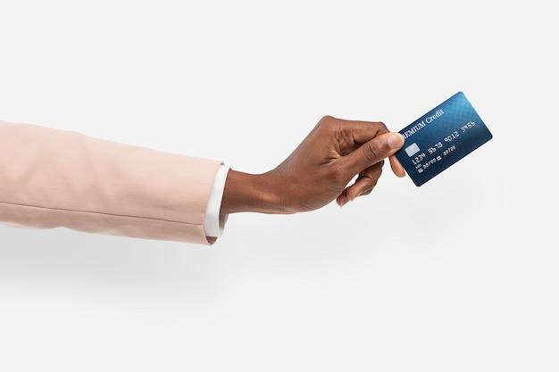 Finanziamento con carta di credito tenuto da una mano per la campagna bancaria