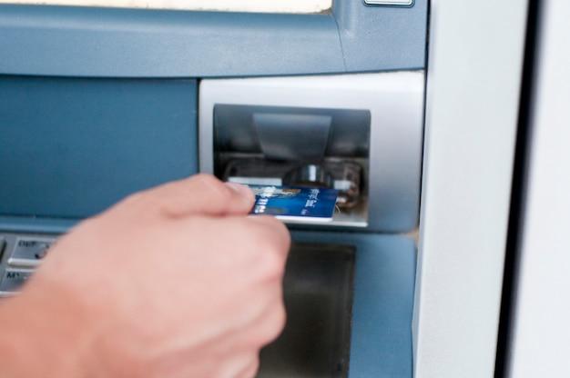 Atm内のクレジットカード