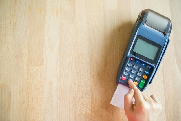 백화점에서 고객의 지불을 위해 들고 있는 신용 카드 기계.