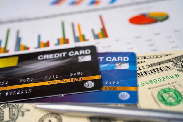 차트 및 그래프 용지에 신용 카드 모델입니다.