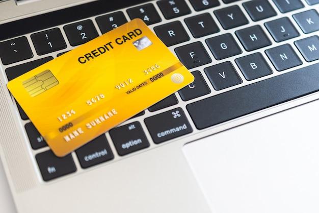 コンピューターのキーボード上のクレジットカード。インターネット購入コンセプト