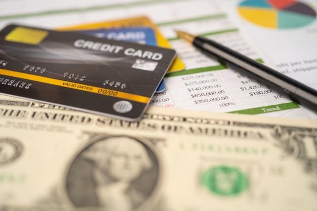スプレッドシート用紙のクレジットカード。金融開発、銀行口座、統計、投資分析研究データ経済、証券取引所取引、事業会社のコンセプト。