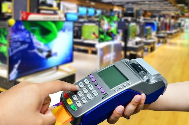 텔레비전 소매점에서 신용 카드 결제