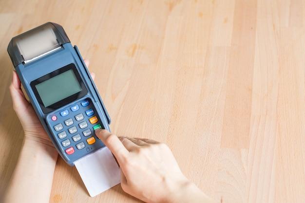 기계 지불 비즈니스로 온라인 쇼핑을 위한 신용 카드 결제.