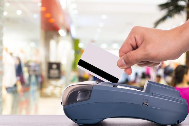백화점에서 돈을 지불하는 신용 카드 결제 기계.