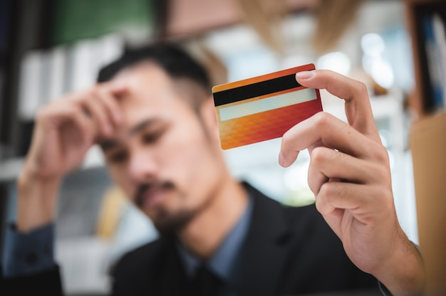 Credit card problem, business people are disappointed with the credit card limits cannot be used