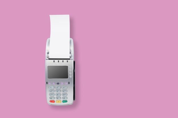 Читатель кредитной карты на розовом фоне