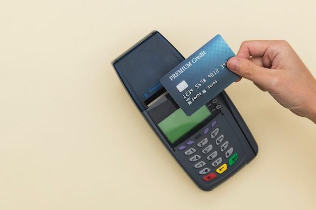 Pagamento senza contanti sullo schermo della carta di credito nella nuova normalità