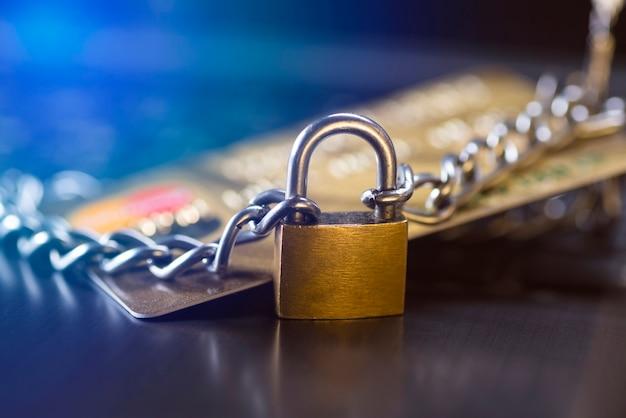 신용카드 보안, 안전한 거래. 자물쇠와 체인으로 닫힌 신용 카드
