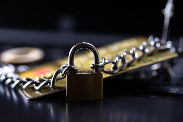 신용카드 보안, 안전한 거래. 자물쇠와 체인으로 닫힌 신용 카드.
