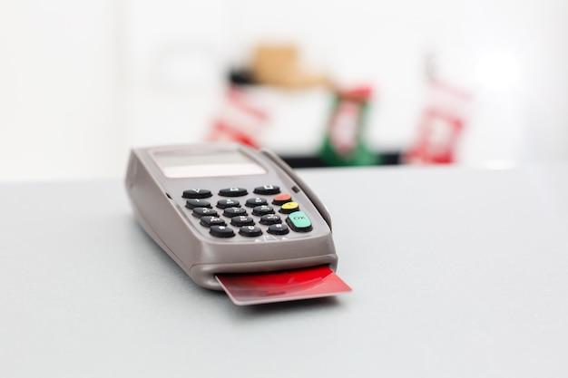 신용 카드 단말기, 테이블 배경에 신용 카드