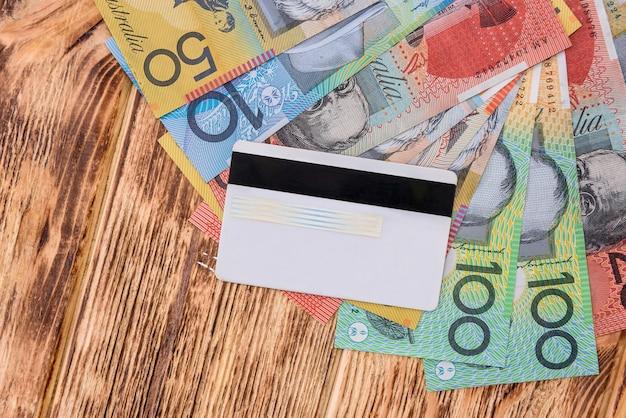 테이블에 호주 달러가있는 신용 카드