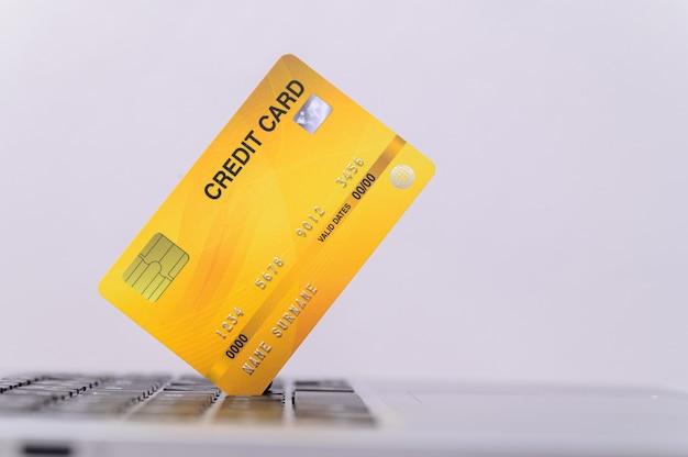 コンピューター付きクレジットカードオンラインショッピングで使用