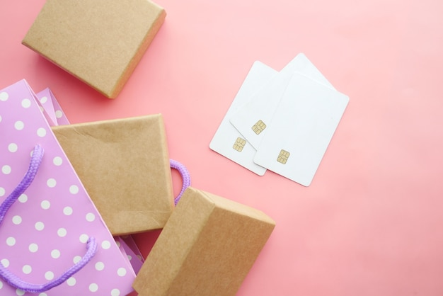 ピンクの背景にクレジットカードとギフトボックス