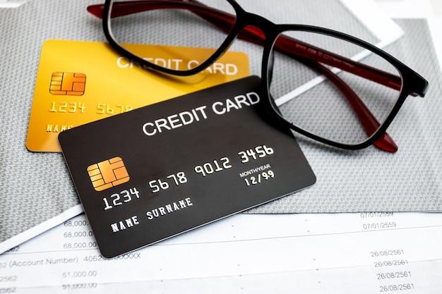 テーブルの上のクレジットカードとメガネ
