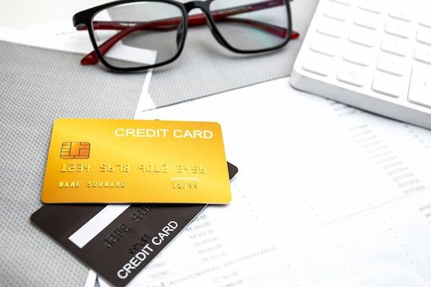 クレジットカード、電卓、メガネ