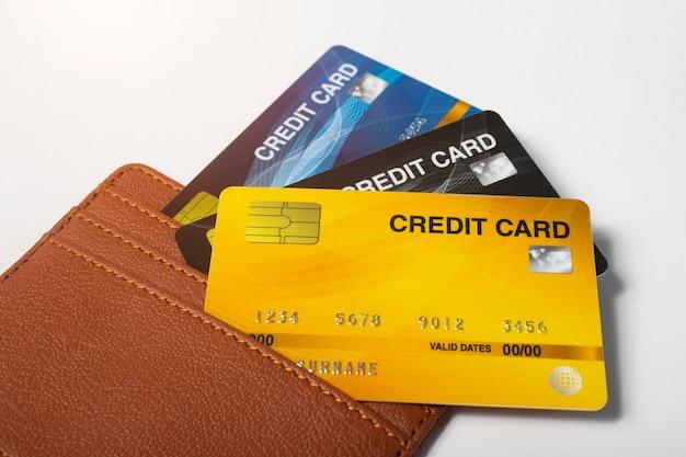 Кредитные карты в кожаном кошельке на белом фоне