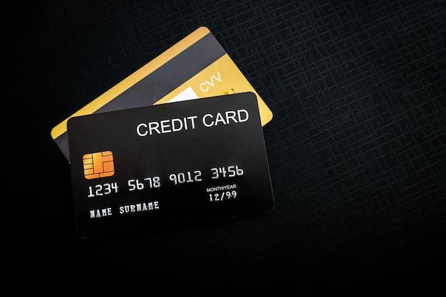 Кредитные карты на черной ткани