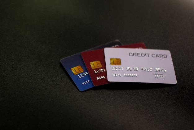 검은 표면에 신용 카드