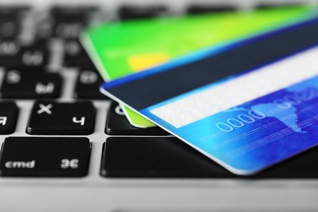 Кредитные карты на клавиатуре, крупным планом
