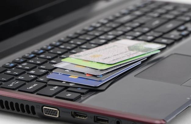 노트북 키보드에 신용 카드입니다. 온라인 쇼핑 및 전자 상거래의 개념