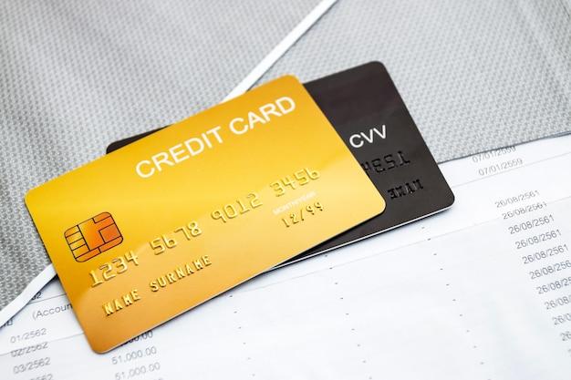 テーブルの上のクレジットカード