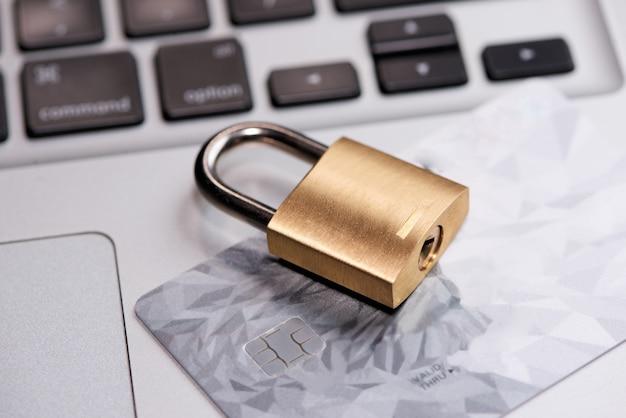 잠금 장치가 있는 키보드의 신용 카드를 닫습니다.