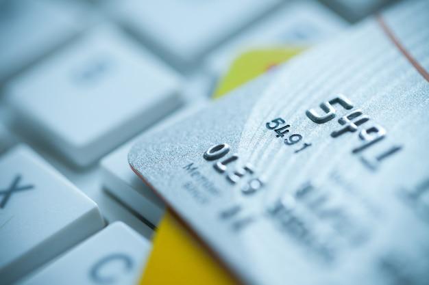 노트북 배경에 신용 카드 스택
