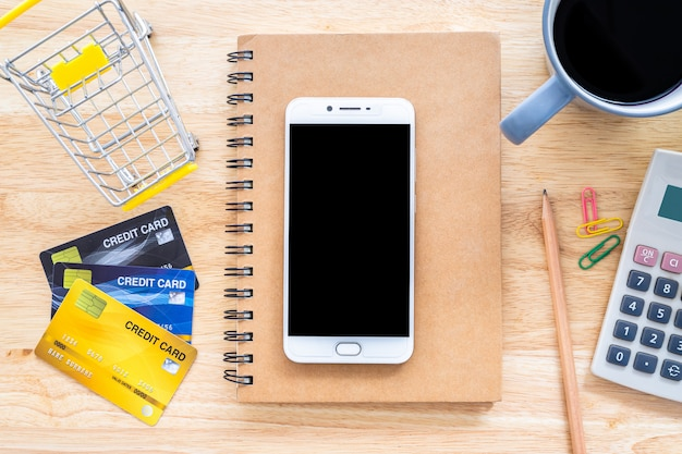 ノートブックとデスクトップ上の電卓を備えたクレジットカード