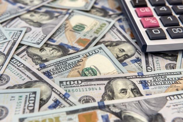 クレジットまたは節約の概念-お金と計算機
