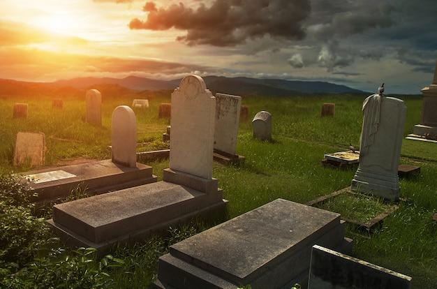 Жуткая атмосфера на кладбище с надгробием