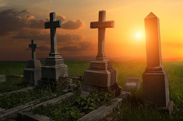 墓石の墓地の不気味な雰囲気