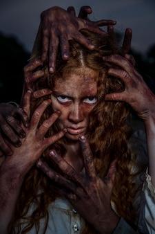 Zombie femmina raccapricciante all'aperto