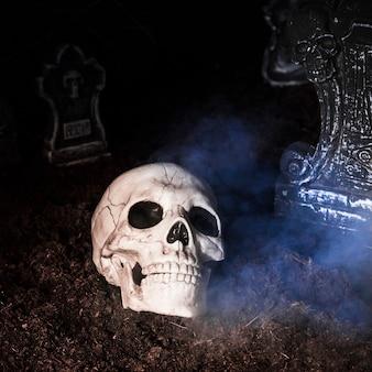 할로윈 밤에 묘지에서 소 름 끼치는 두개골