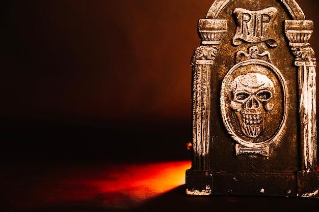 スタジオの不気味な墓石