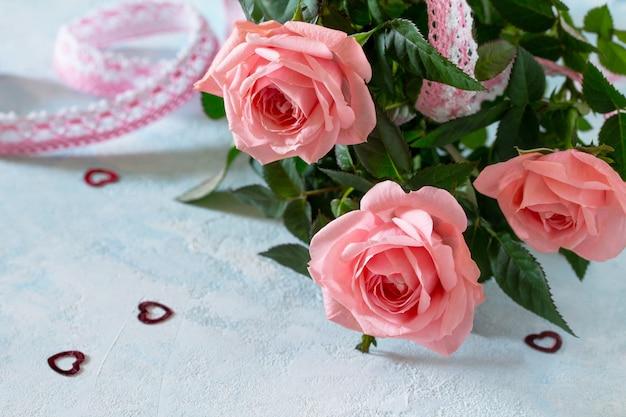 バレンタインデー、母の日、または誕生日を迎えます。新鮮なバラの花の花束。スペースをコピーします。