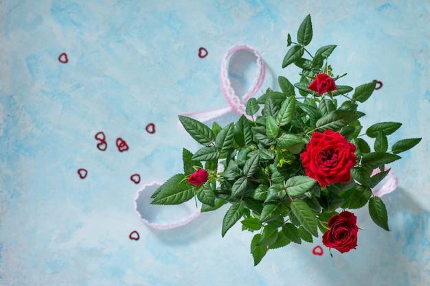 バレンタインデー、母の日、または誕生日を迎えます。新鮮なバラの花の花束。上面図。