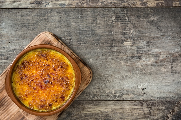 Испанский десерт crema catalana на деревянный стол, копия пространства