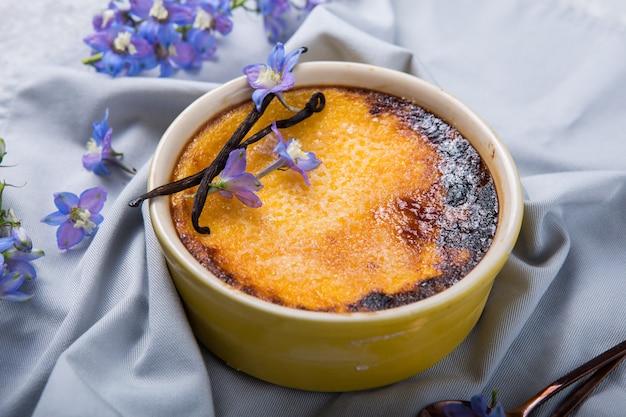 크림 brulee 전통적인 프랑스 바닐라 크림 디저트