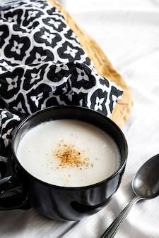 黒のボウルにカリフラワースープ(creme du barry)